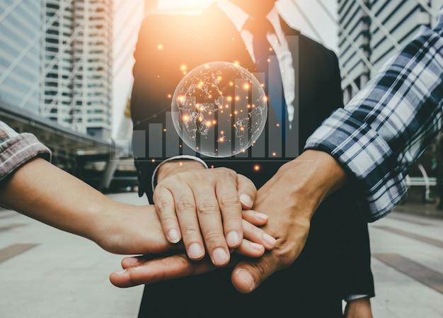 Empresarios e ingenieros se unen para construir proyectos exitosos. concepto de trabajo en equipo.