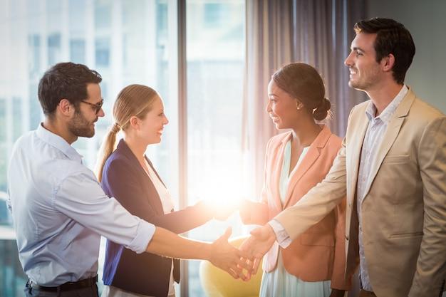 Empresarios y empresarias estrechándose la mano