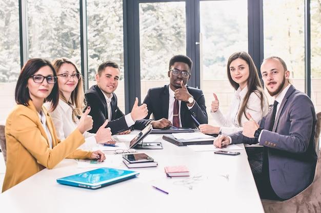 Empresarios y empresarios en una sala de reuniones