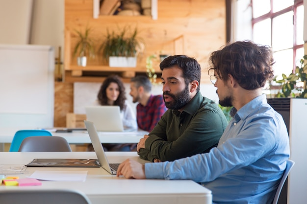 Empresarios enfocados discutiendo proyecto