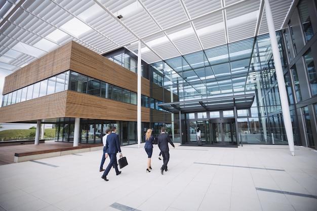 Empresarios entrando en un edificio de oficinas