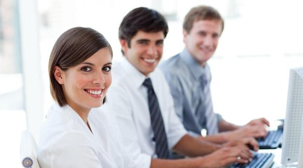 Empresarios entusiastas trabajando en computadoras