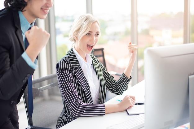 Los empresarios están contentos con el éxito empresarial en el cargo
