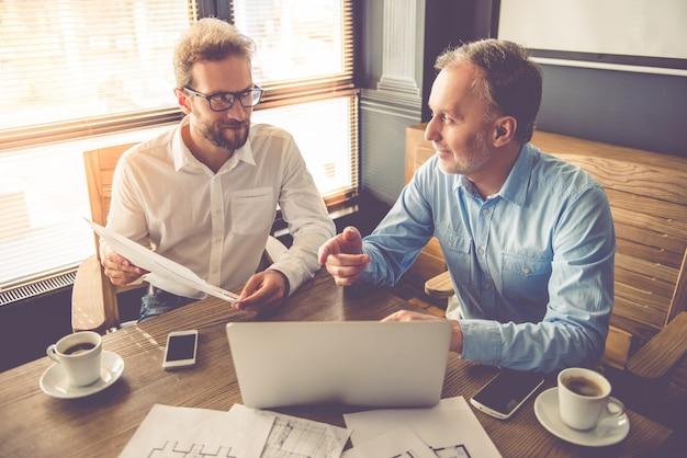 Los empresarios están usando una computadora portátil