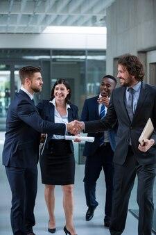 Empresarios estrechándose la mano