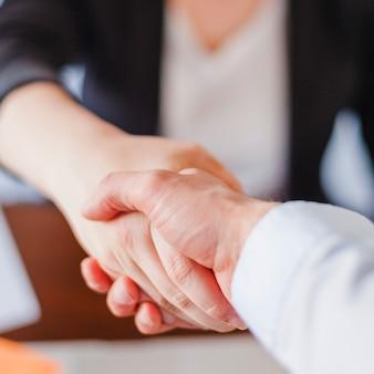 Empresarios estrechar la mano