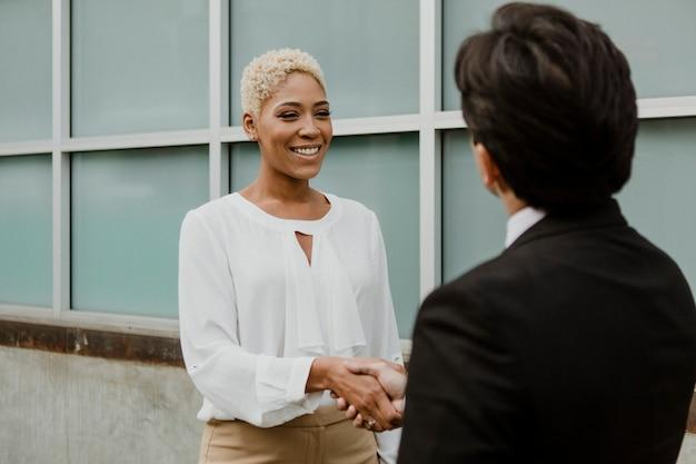 Empresarios estrecharme la mano para la asociación