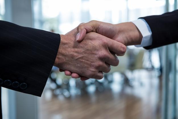 Empresarios estrecharme la mano