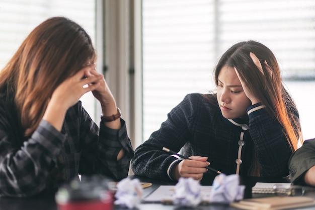 Los empresarios se estresan mientras tienen un problema en una reunión de negocios