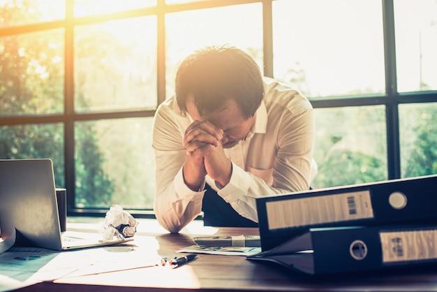 Los empresarios se estresan con el trabajo en la oficina.