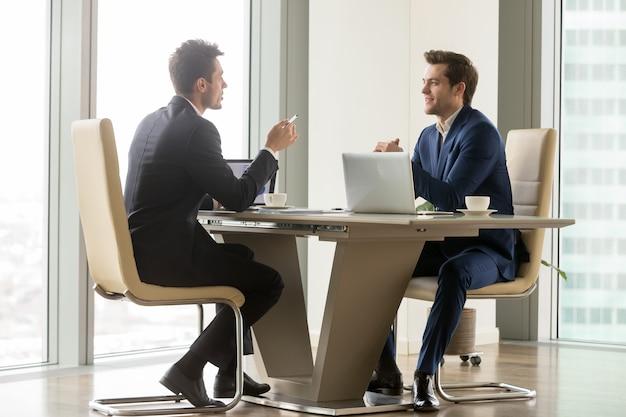 Empresarios exitosos analizando perspectivas.