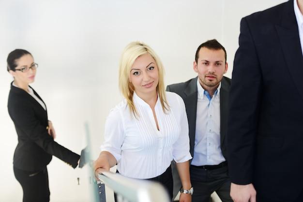 Empresarios exitosos en las escaleras