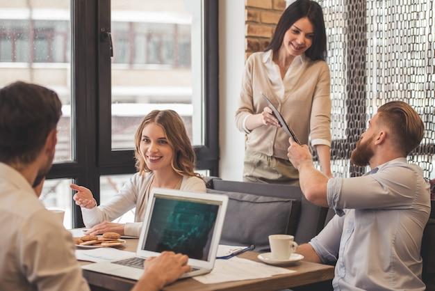 Empresarios exitosos están usando una computadora portátil.