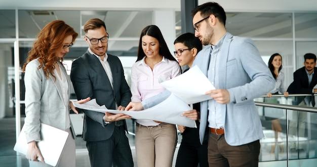 Empresarios exitosos y gente de negocios logrando metas.