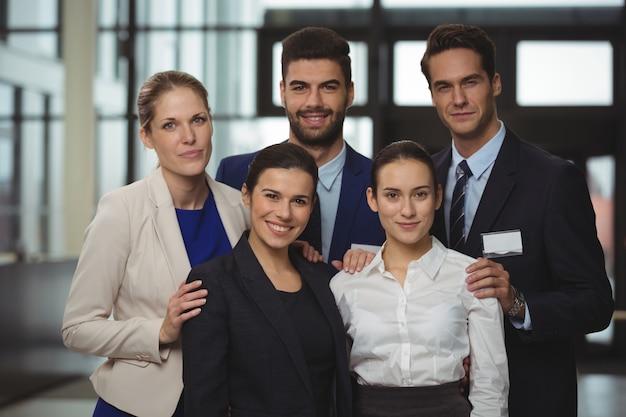 Empresarios exitosos parados juntos en la oficina