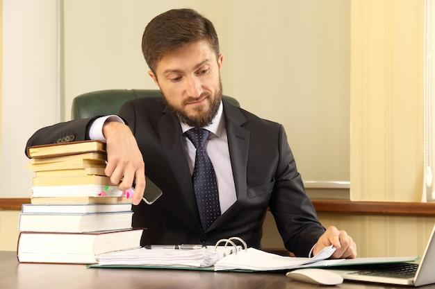 Los empresarios exitosos trabajan con libros y documentos.