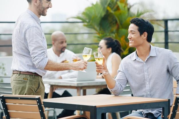 Empresarios en fiesta al aire libre