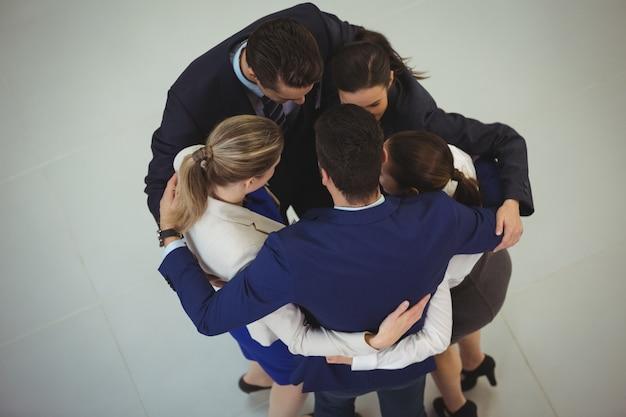 Empresarios formando grupo
