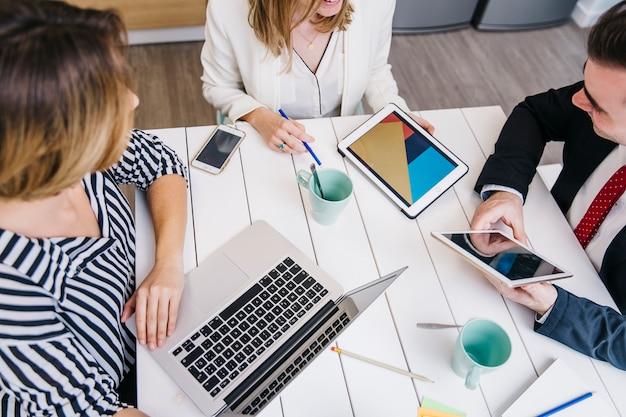 Empresarios con gadgets reunión