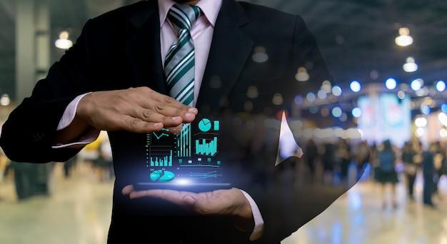 Empresarios y gráficos de inversión en tecnología financiera.