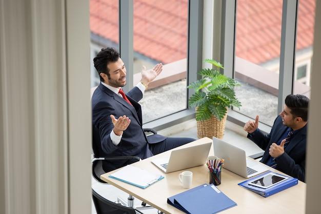 Empresarios hablando en reunión de sala de conferencias