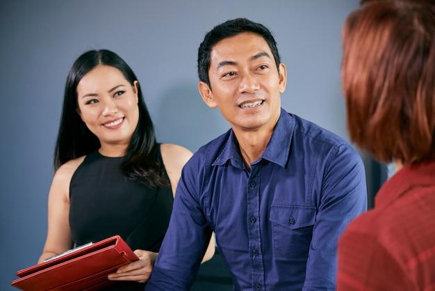 Empresarios hablando con el solicitante de empleo