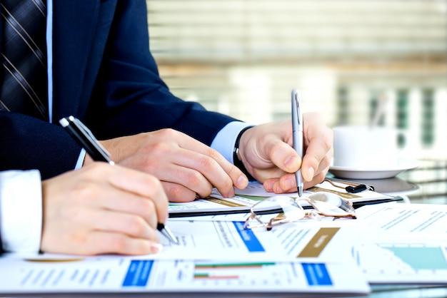 Los empresarios hacen negocios en la oficina en la mesa