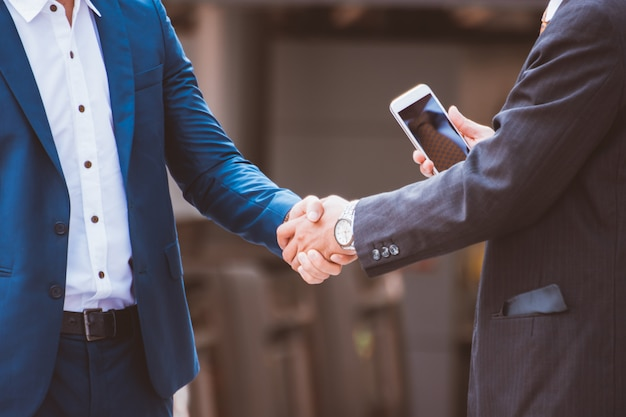 Empresarios haciendo apretón de manos. concepto hombres de negocios exitosos