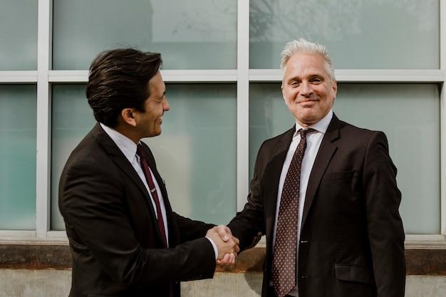 Empresarios haciendo un trato comercial
