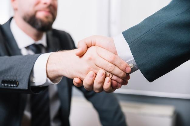 Empresarios haciendo un trato
