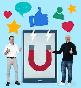 Empresarios con ideas de marketing en redes sociales.