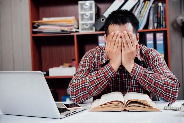 Empresarios infelices del hombre de negocios que se sientan en oficina
