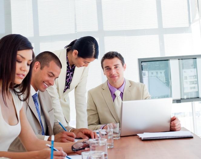 Empresarios internacionales que tienen una reunión