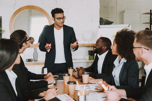 Empresarios interraciales en reunión en la oficina