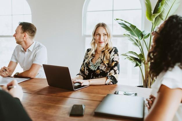 Empresarios con laptop en una reunión