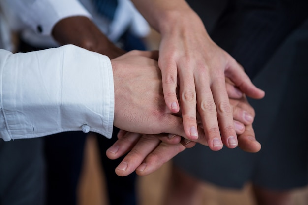 Empresarios con manos apiladas