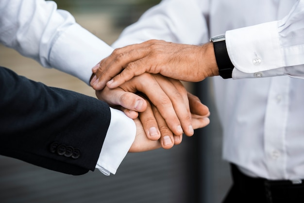 Empresarios con las manos juntas