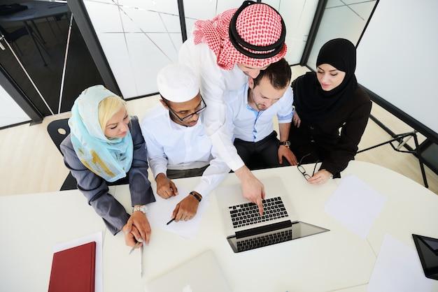 Empresarios del medio oriente en la oficina moderna