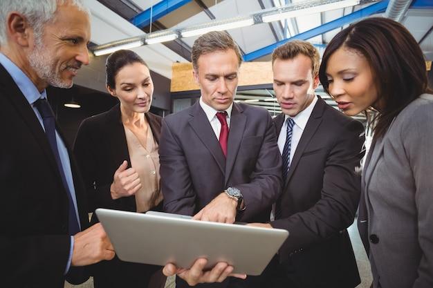 Empresarios mirando portátil
