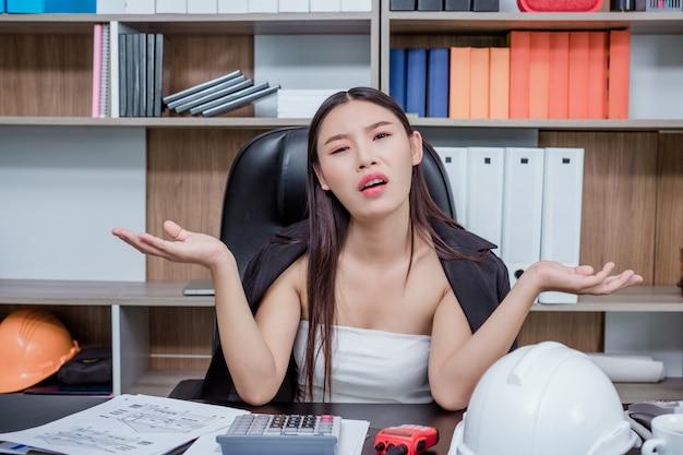 Empresarios, mujeres que trabajan en la oficina con estrés y fatiga.