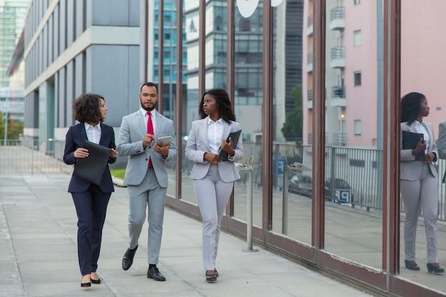 Empresarios multiétnicos en la calle