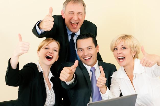 Empresarios en la oficina con gran éxito