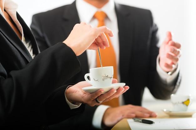 Empresarios en la oficina de negocios tomando café