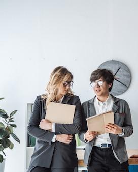 Los empresarios de pie en la oficina discuten
