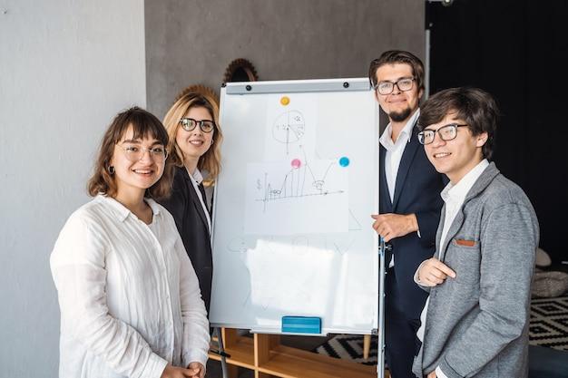 Empresarios con pizarra discutiendo estrategia en una reunión