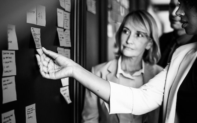 Empresarios planificación de tareas con notas adhesivas