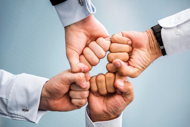 Empresarios con puños juntos