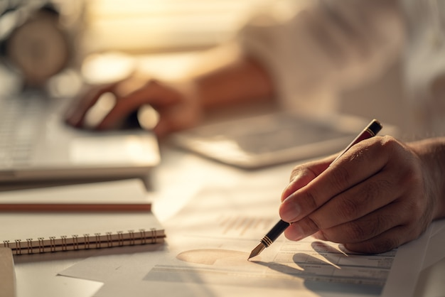 Empresarios que calculan intereses, impuestos y ganancias