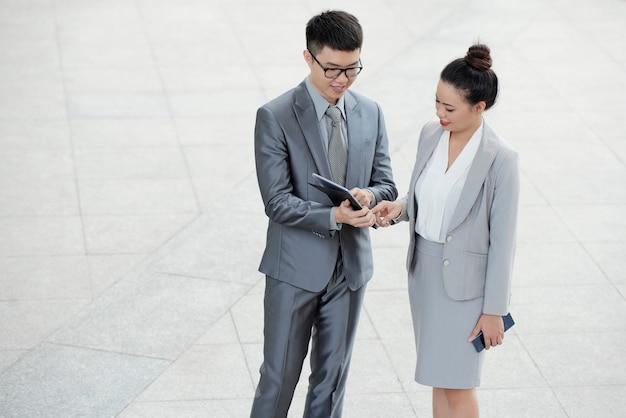 Empresarios que comprueban datos en tableta