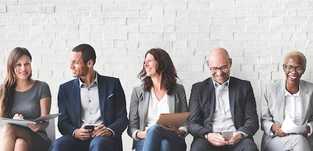 Empresarios que cumplen con el concepto de conexión de dispositivos digitales corporativos